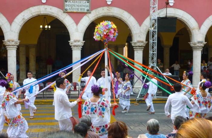 Spanish dancing in Merida's central plaza