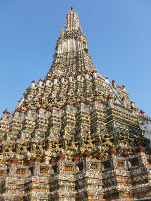Looking up at Wat Arun is like looking at one of those old Magic Eye illusions