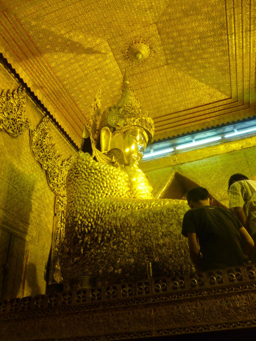 Mahamuni Paya (Golden Temple) contains one of the holiest images in Burmese buddhism: this golden Buddha statue.